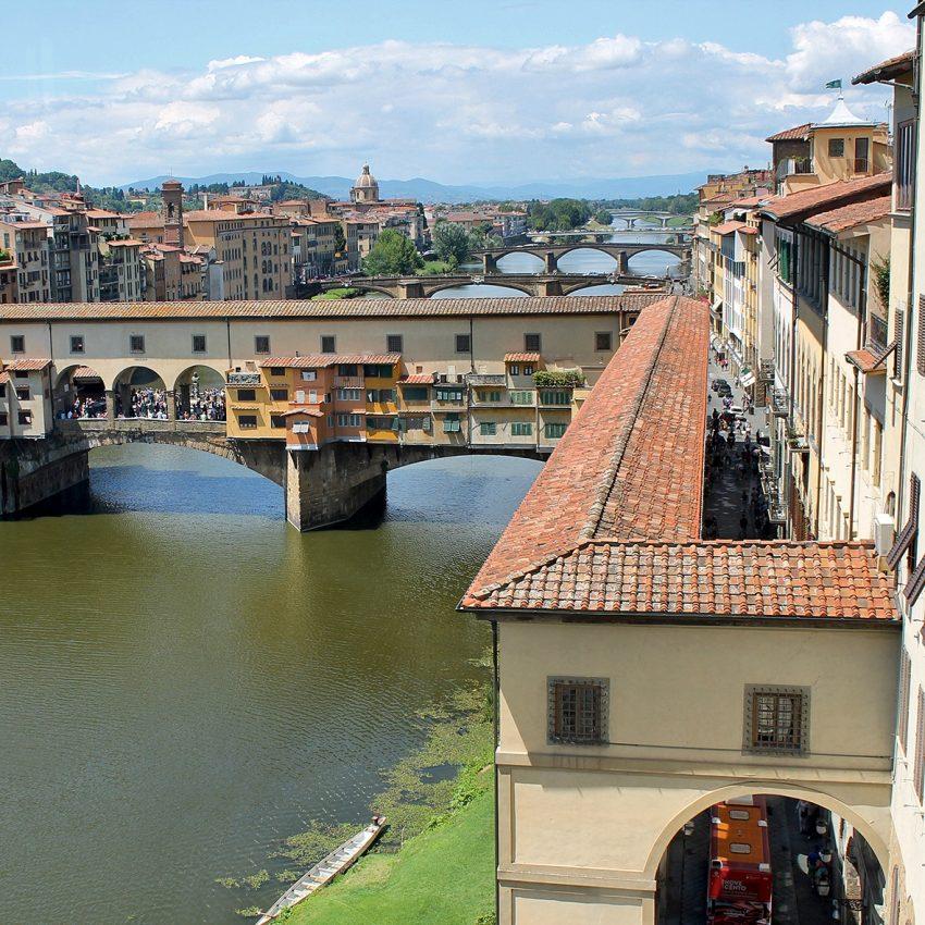Um dos pontos mais bonitos de Florença para fotos é o Rio Arno. A ponte mais famosa também é a mais antiga (1345): Ponte Vecchio, com suas lojas de jóias e o percurso elevado do Corredor Vasariano que liga o Palazzo Vecchio ao Palazzo Pitti. Outra ponte que merece a sua atenção é a Ponte Santa Trinita, decorada com 2 estátuas de cada lado, personificação das 4 estações do ano. Todas as pontes de Florença foram implodidas em 1944 por Hitler, com exceção do Ponte Vecchio. A Ponte Santa Trinita foi a única a ser reconstruída igual à original que havia sido projetada por Michelangelo.