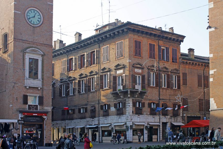 Piazza Trento Trieste, desde sempre o coração econômico, social, religioso e civil de Ferrara, de onde parte as principais ruas do centro, ponto de encontro preferido dos ferrareses.