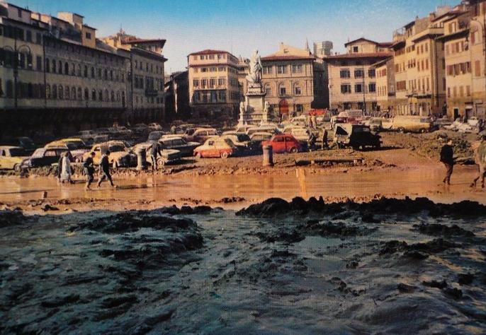 Piazza Santa Croce depois que a água escoou.