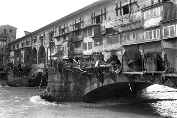 Ponte Vecchio depois que as águas começaram a baixar.